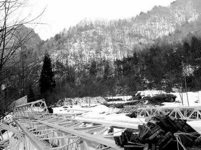 关门山一带的的高压线材料堆放高清图片