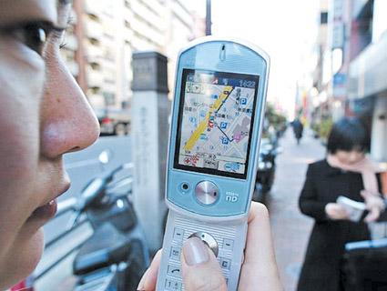 日KDDI公司展示有GPS全球定位功能的手机