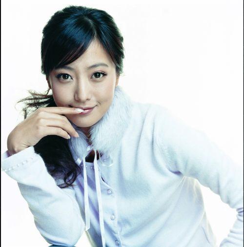 图文:韩国美女金喜善一袭粉红色大衣做代言 1