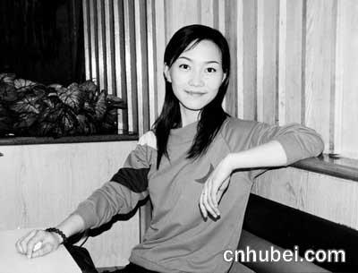 武汉一影楼美女化妆师转行当公交车女司机图