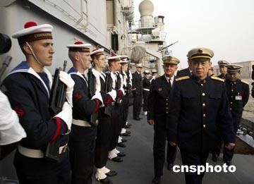 图文:北海舰队司令张展南少将参观法军舰艇