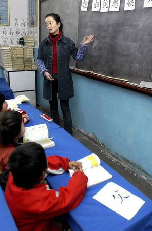 图文:西宁市八一路小学一年级的老师在上课