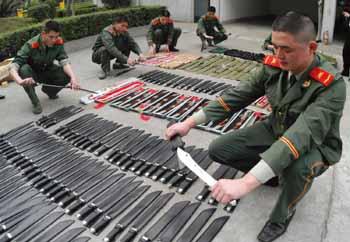 图文:福州海警查获千把管制刀具