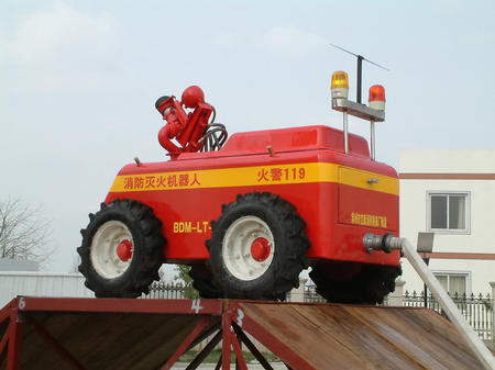 这是 3月18日拍摄的轮式消防灭火机器人。当天,由江苏省常州市消防部门和有关单位联合设计制造的两个消防灭火机器人首次亮相,并出现在扑救特种火灾的演练现场。这种机器人在后方人员的遥控下,可在方圆300米的范围内自由活动,翻越30度左右坡度的障碍物如履平地,其自带的水炮射程可达60米。