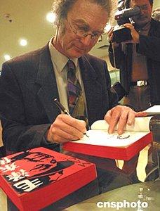 二十三日下午,英国历史学家和传记作家菲力普·肖特在南京书城签图片