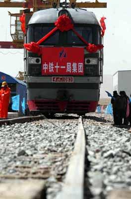 这次铁路机车启机成功也表明了青藏铁路安多铺架基地大件运输初战告捷