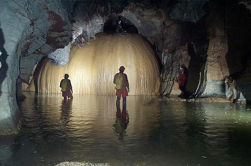 截至3月26日,五名英国洞穴探险家和一名当地导游被突如其来的山洪困在墨西哥首都不远处的地下洞穴中八天八夜无法脱身。当墨西哥救援机构终于得知这一消息准备展开生死大营救的时候,不符合常理的事情发生了英国人斩钉截铁地谢绝了墨西哥人的救援,执意要等万里之外飞来的英国救援专家的救助。墨西哥政府立即对此事展开调查后发现:这五名英国探险家或者科学家居然是英国陆海空军的精锐特种部队现役官兵,他们携带的卫星电话、铀矿探测仪均是极度敏感的军用装备。墨西哥总统福克斯得知此事后勃然大怒,立即下令外交部向英