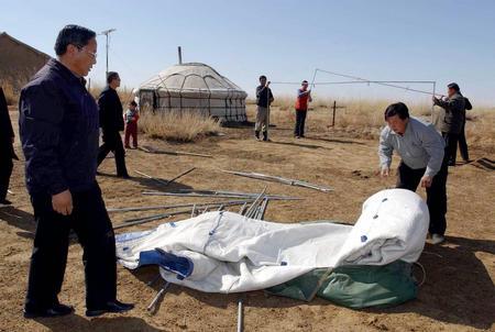 图文:内蒙古抗震救灾队员帮助灾民搭建救灾帐篷