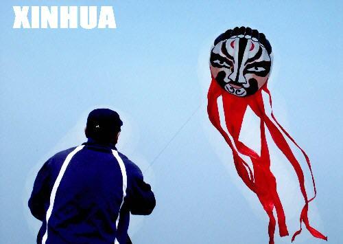 长春一市民自制20米风筝:京剧脸谱飞上天(图)图片