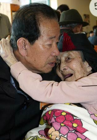 图文:韩国探亲者洒泪告别朝鲜亲人