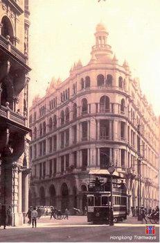 上层为帆布顶棚的早期电车(1918年启用)-图说香港 3大百年交通工具