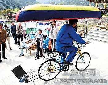 水陆两用自行车整个构造比较简单,就是在一辆自行车的基础上加装了两