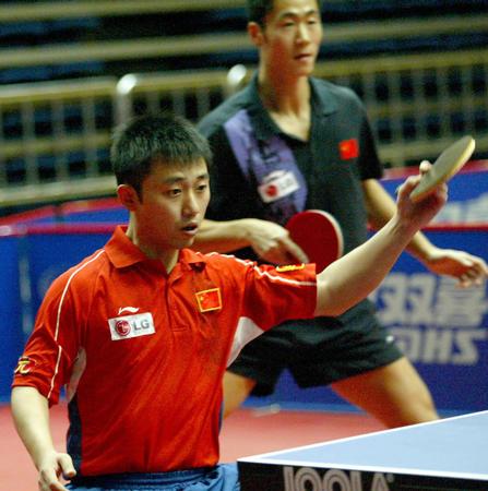 中国乒乓球队备战奥运 阎森反手回球