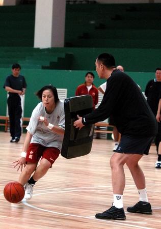 中国女篮昆明备战奥运 宋晓云练习个人技术