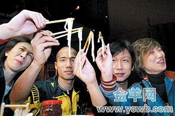 华侨新村酒吧街乐手的夜生活