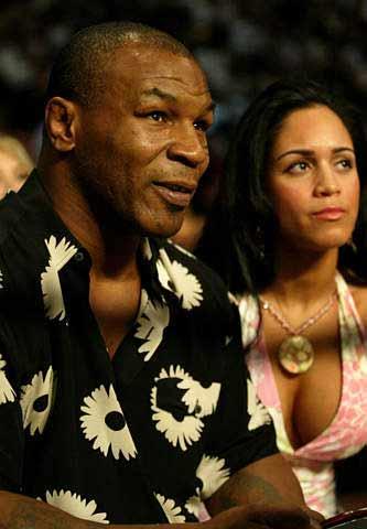 在美国内华达州进行的世界拳王争霸赛上,前拳王麦克-泰森携其女友一同图片
