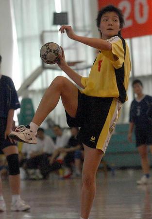 全国女子手球冠军赛:王培培跳发球(图文)