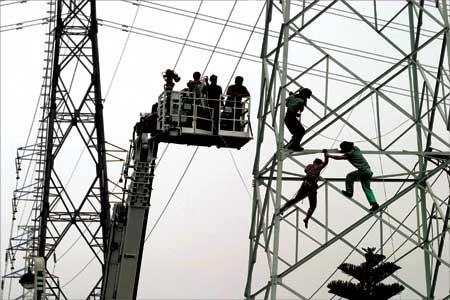 始攀援高压输变电线塔
