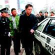 警察阻止刘亮跳楼