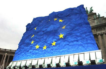 """图文:""""中国制造""""舞动巨型欧盟旗飘扬图片"""