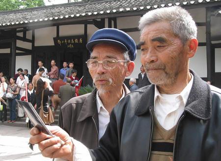 来到邓小平故居参观的老人