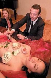 美女的全身裸体来给客人盛饮食