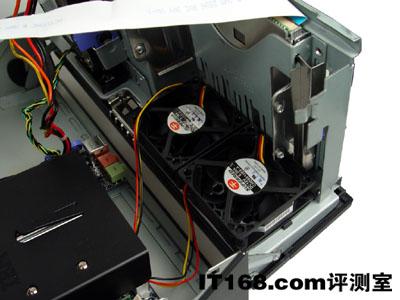 再由机箱后部散热口排出;而硬盘则借助主机电源的风扇来散热.