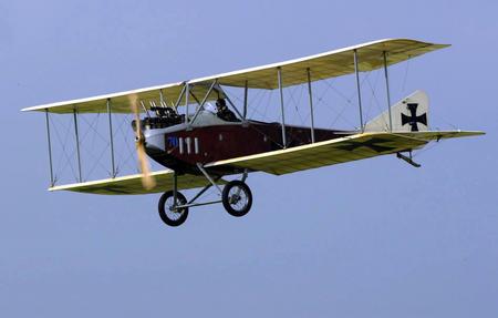 """一架""""老爷飞机""""在德国柏林举行的国际航空展上展示,为展会助兴."""