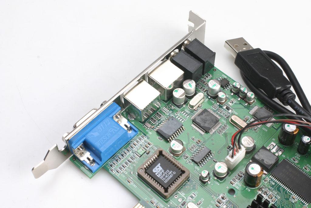 这张多用户卡采用PCI接口界面,显示芯片为SIS315E,同时配备了32M的显存,而显存使用的是现代7纳秒颗粒,4x16bit拥有64bit的带宽。显然,这样的芯片和显存对大型的3D游戏是绝对不够,注定了多用户卡的定位是办公为主。主要用来应付日常的工作和DVD都是足够的。卡上还带有一块AC97的音频芯片和PS/2鼠标键盘的控制芯片。  多用户卡上的接口   分别有音频输出、麦克风、PS/2的键盘鼠标接口各一个、15Pin D-Sub接口和连接主机USB的数据连线。     几个主要芯片上经过打磨,再看