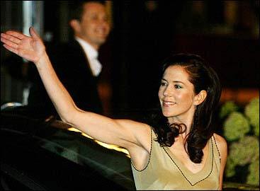 丹麦王妃玛丽唐纳森_一名小孩拿着一面印有丹麦王储和玛丽·唐纳森的 丹麦国旗
