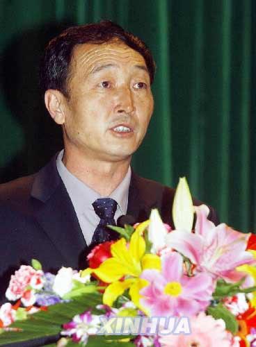 清华大学举行,当代产业工人的榜样——青岛港集团桥吊队队长许振超作