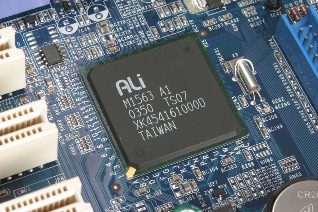 主板 I/O 接口方面,相比起市面上主流的主板,这款主板提供的接口数量可以用精简来形容了,只配备了常用的 PS/2、ECP、COM 和两个 USB2.0 接口。由于板上并没有加载网卡芯片,应此也没有 RJ45 网络接口。      板上的北桥芯片为 M1683 A1版本,由台湾制造,采用的是 375mm  375mm 的 669-Pin BGA 球型引脚封装;而南桥的 M1563 芯片同样为 A1 版本,都是台湾生产,采用了 31mm  31mm BGA 球型引脚封装。另外由于 M1563 南