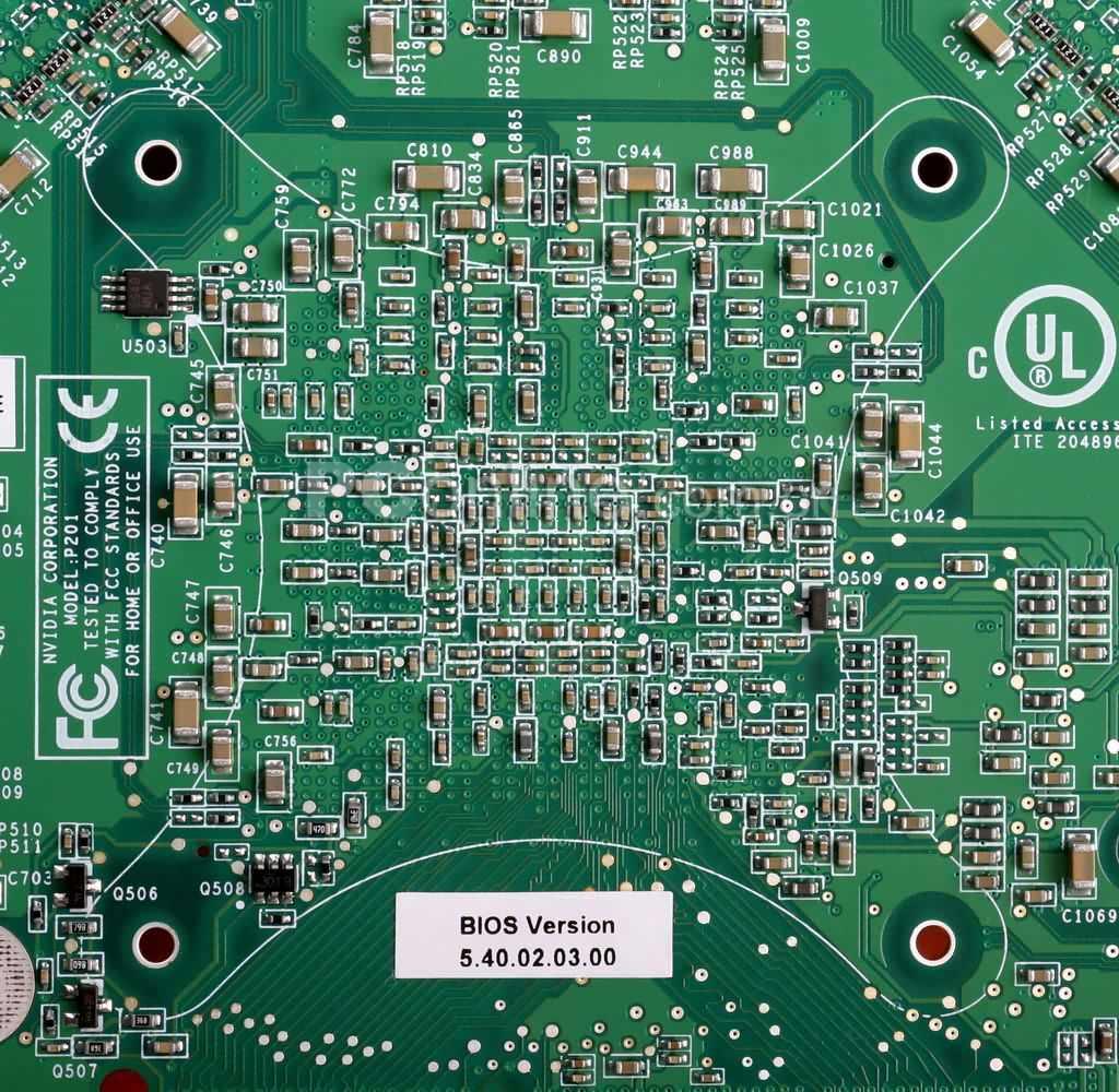 6800 Ultra和5950u的供电部份对比,5950u中使用的是传统的PWM+mos管供电模块,扼流线圈大规模被采用。6800 Ultra则显得精简,采用了主PWM+副芯片的组合方法。CSP封装芯片左边的V100和S200则是供电部份中占有极为重要地位的电感元件,大体上取代了5950ultra中Falco线圈的位置。在本文发布之前,技嘉以及青云等厂商已经发布旗下的使用6800 Ultra芯片的显卡,由于受限于成本以及市场的认可度,这些大厂的产品纷纷将这套新型的电感改为类似5950Ultra的直立