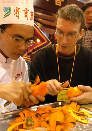瑞典厨师正在学习中国食雕工艺