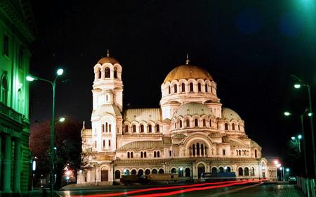 具有拜占庭和保加利亚建筑风格,其镀金大圆顶从索非亚市各处均可望到