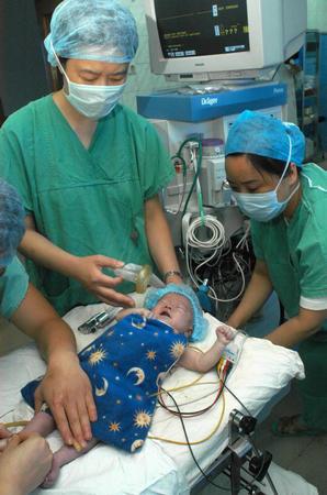 一名孤残儿做心脏手术