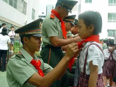 邀请深圳特检站的官兵同该校学生一起升旗,聘请特检战士为校外辅导员图片