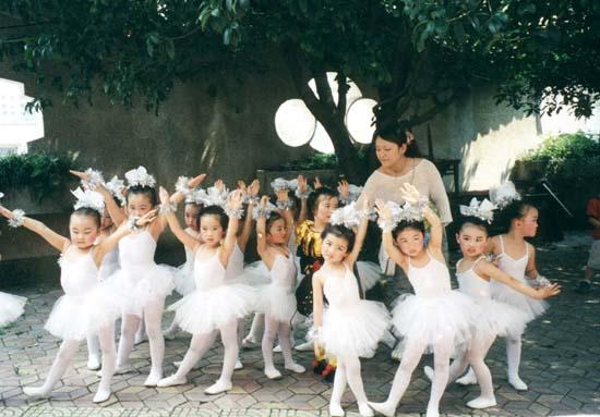"""""""六一""""儿童节到来了,瞧,小太阳中英文幼儿园的小天鹅们正在老师的指"""