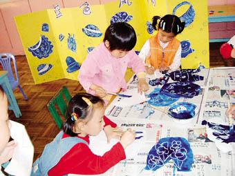孩子学习蓝印花布制作.