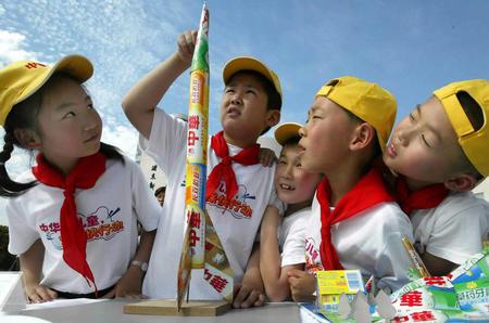 图文:小学生用回收的牙膏盒制作火箭模型