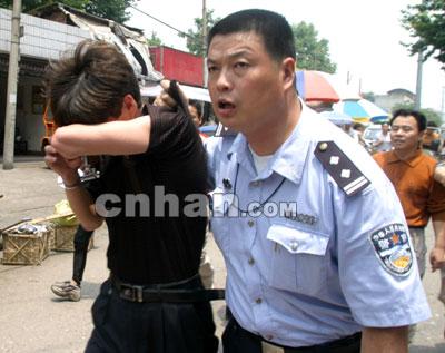 武昌傅家坡长途汽车站众人合力抓小偷(组图)