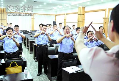 学习手语,以便与聋哑人交流-交警练兵 先学礼仪
