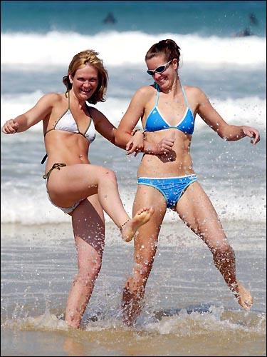 海滩美女竞秀春光