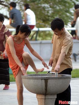 妙龄女郎在洗手池内洗脚 不知不觉已走光