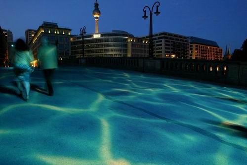 柏林:流动着光波的桥面(组图)