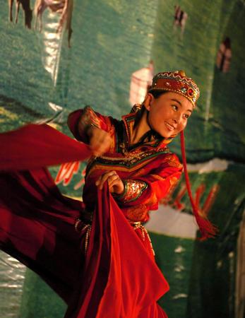 图文:19岁的蒙古族姑娘乌仁塔娜表演舞蹈