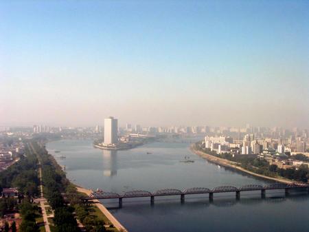 横穿朝鲜首都平壤的大同江,远处的高层建筑为羊角岛饭店.