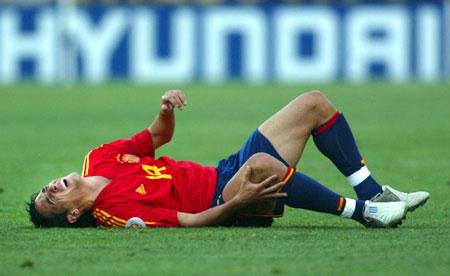 番号种子gif动态图-2004年6月14日,04欧锦赛西班牙队对阵俄罗斯,图为西班牙球员维森