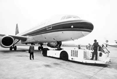 南航启用新式飞机牵引车(图)
