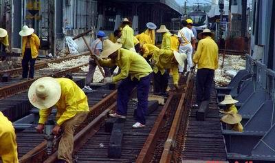 线路开通后,安装轨道电路,室内配线修改,倒接信号设备;   20日1:50—